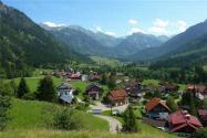 根据目前政策,农村房屋买卖中承包地和宅基地可以出售吗?
